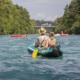 Foto: Schlauchboot-Kanu und gelber Paddel auf der Aare mit einem jungen Paar.
