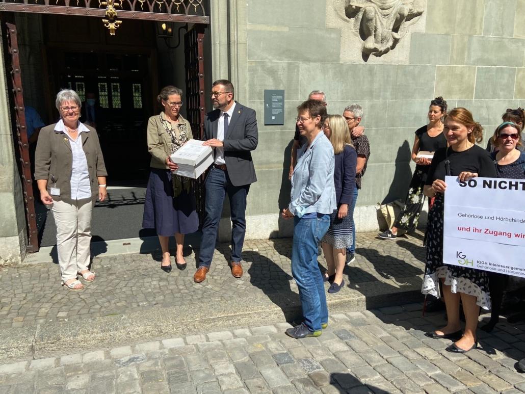 Eine Parade begrüsste die Grossrätinnen und Grossräte mit einem Flyer und erklärten ihr Anliegen.